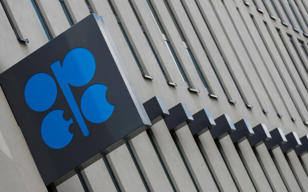 Worried by oil slump, OPEC and partners discuss larger supply curbs: sources-传欧佩克及其盟国考虑加大减产,应对油价下跌
