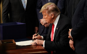 Cannabis stocks look set to flourish thanks to Trump's 2018 Farm Bill,特朗普签署《2018年农业法案》,大麻股看涨