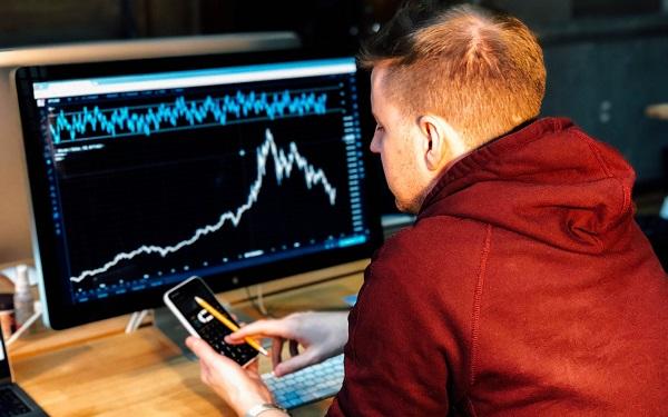 曾經的明星股加拿大鵝股價一天暴跌30%,中國不背鍋