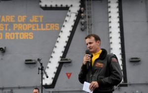 美国罗斯福号航母舰长因公开求救被革职